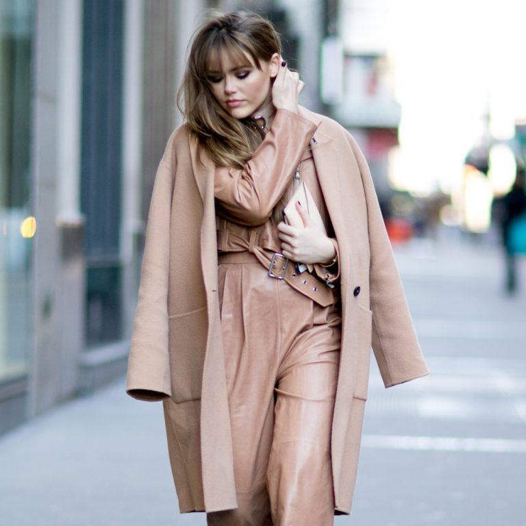 Comment porter votre manteau camel cet hiver