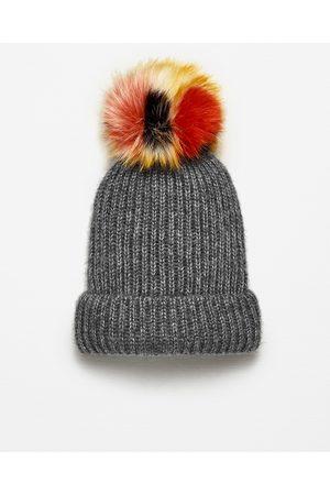 Femme Bonnets - Zara BONNET EN MAILLE CÔTELÉE À POMPON - Disponible en d'autres coloris