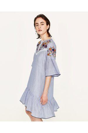 Femme Robes imprimées - Zara ROBE À RAYURES BRODÉE - Disponible en d'autres coloris