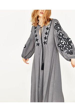 Femme Robes - Zara ROBE BRODÉE - Disponible en d'autres coloris