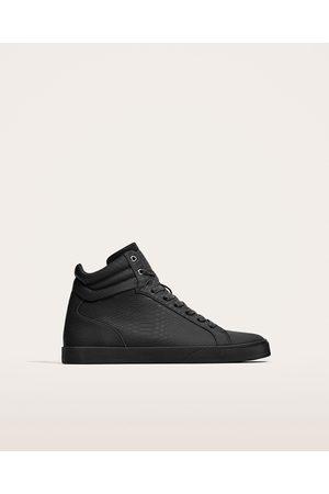 Homme; Chaussures; Zara. Zara BASKETS MONTANTES AVEC GRAVURE REPTILE ,  Disponible en d\u0027autres coloris
