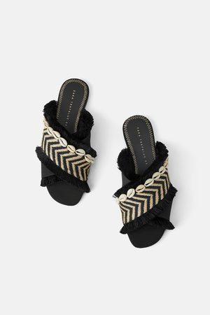 Zara Sandales plates effrangées avec coquillages