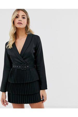 In The Style X Dani Dyer - Robe blazer à décolleté plongeant et jupe plissée