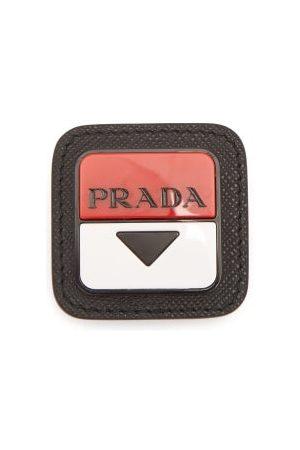 Prada Broche en cuir à plaque logo