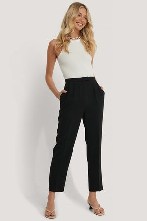 NA-KD Pantalon De Costume Court À Pinces - Black