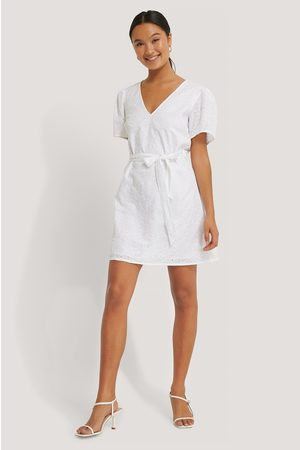 NA-KD Robe Mini Broderie Anglaise Col V Manches Longues - White