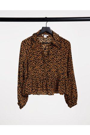 Glamorous Top smocké coupe décontractée avec col effet plastron à imprimé léopard