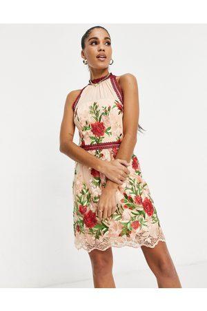 Chi Chi London Robe courte à encolure haute et à motif appliqué de roses