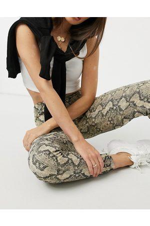 New Look Pantalon texturé à imprimé serpent