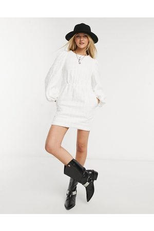 In The Style X Lorna Luxe - Robe babydoll avec col oversize - Blanc