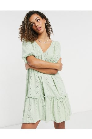 ASOS Robe babydoll col V en broderie anglaise à manches bouffantes - sauge