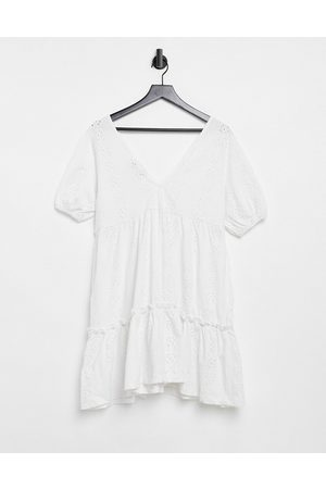 ASOS Robe babydoll col V en broderie anglaise à manches bouffantes