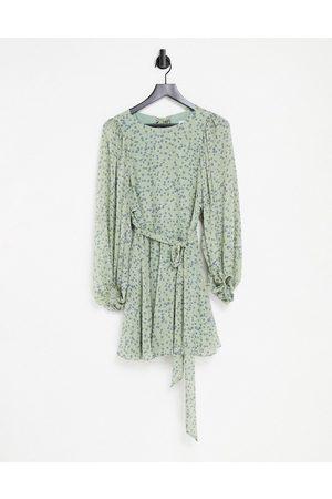 Forever New Robe courte à imprimé petites fleurs avec manches volumineuses dos ouvert et ceinture - Vert
