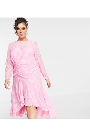Forever New Robe mi-longue asymétrique à fronces - fuchsia