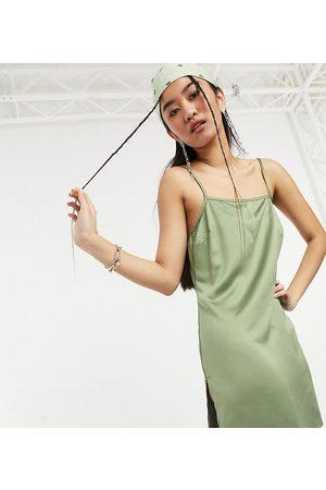 COLLUSION Robe nuisette courte effet satiné fendue sur la cuisse style années 90 - Kaki