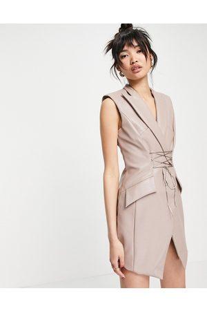 ASOS DESIGN Robe courte sans manches style smoking en PU avec liens effet corset-Neutre