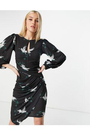 Lipsy London Robe fourreau asymétrique froncée à fente goutte d'eau et imprimé oiseaux - Noir