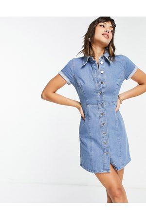 ASOS Femme Robes en jean - Robe chemise en jean ajustée à manches courtes - Délavage moyen