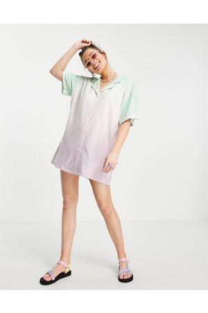 ASOS Robe chemise courte en tissu éponge effet tie-dye - Vert et rose pastel