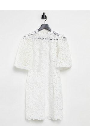 Forever New Robe droite courte en dentelle à manches bouffantes et col montant - Ivoire