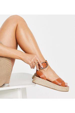 ASOS Wide Fit - Justice - Sandales style espadrilles avec semelle plateforme plate - Fauve