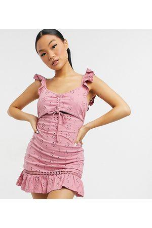 ASOS ASOS DESIGN Petite - Robe d'été courte en broderie anglaise avec découpes et bretelles à volants - poudré