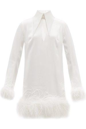 16Arlington Robe courte en satin à plumes Michelle