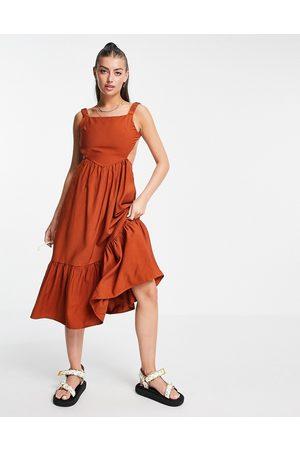 Fashion Union Robe babydoll mi-longue à dos-nu et volants