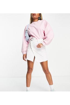 Reclaimed Vintage Inspired - Jupe en jean avec taille croisée sur le devant - délavé