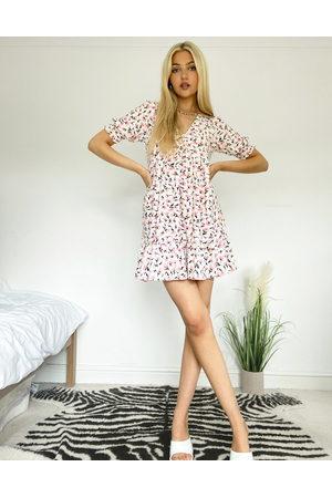 Miss Selfridge Robe babydoll courte à col V et à fleurs - Rose