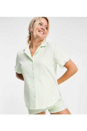 ASOS Maternity ASOS DESIGN Maternity - Exclusivité - Ensemble de pyjama avec chemise et short en crépon à carreaux vichy et volants - Menthe