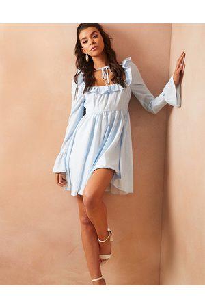 In The Style X Lorna Luxe - Robe babydoll à petites fleurs avec col noué et manches bouffantes