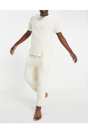 ASOS Ensemble de pyjama duveteux avec jogger oversize et t-shirt - Beige-Neutre