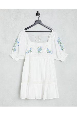 ASOS Robe babydoll courte à empiècements en dentelle et fleurs brodées