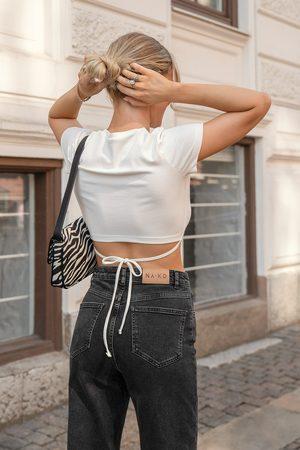 Viktoria & Charline x NA-KD Tee-Shirt Avec Détail Nœud Dans Le Dos - White