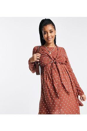 ASOS ASOS DESIGN Maternity - Robe cache-cœur courte d'allaitement à manches longues - Rouille à pois