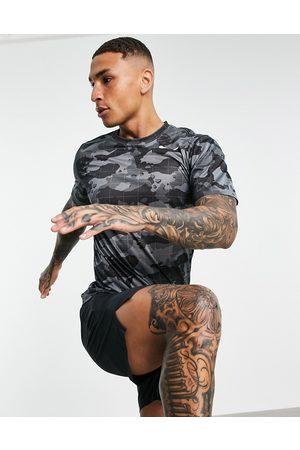 Nike T-shirt à imprimé camouflage sur l'ensemble