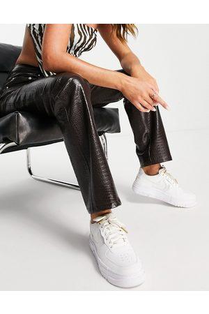 ASOS Pantalon droit à taille basse en imitation cuir effet croco - Chocolat