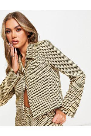 ASOS Blazer de tailleur court en jersey à imprimé géométrique rétro - Moutarde